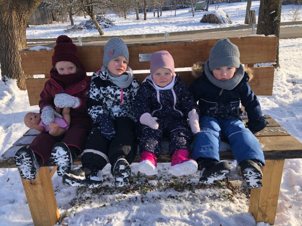 Ruhebank Herbert Cammerer mit Enkelkindern auf der Bank